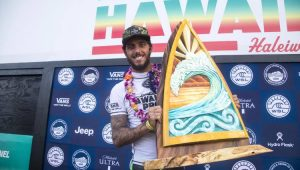 Filipe Toledo vence em Haleiwa e sai na frente da disputa pela tríplice coroa havaiana