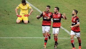 """Flamengo faz 3 gols no primeiro tempo e """"carimba a faixa"""" do Corinthians"""