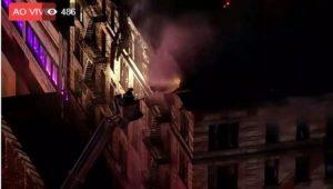 Incêndio consome prédio em Manhattan; Mais de 200 bombeiros tentam combater as chamas