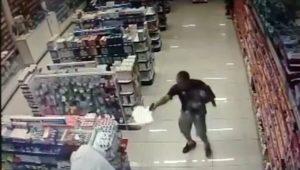PM de folga enfrenta assaltantes com o filho no colo e mata dois