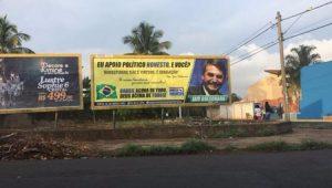 Outdoor com campanha de Bolsonaro está localizado em frente a um terreno baldio na Rua Ermelinda Corrado, em Ribeirão Preto (SP)