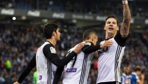 """Valencia vence o Espanyol e segue na cola do líder Barcelona antes de """"decisão"""""""