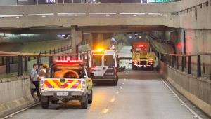 Ônibus bate e derruba viga na entrada do Túnel Jânio Quadros, em SP