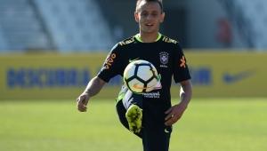 Reunião no próximo domingo deve selar futuro de Rafinha, alvo do Palmeiras