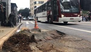 Buraco na esquina da Av. Brigadeiro Luís Antônio deixa faixa de ônibus intransitável