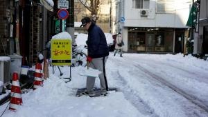 Nevasca e erupção vulcânica deixam 2 mortos e centenas de feridos no Japão