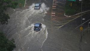 Chuva deixa zonas leste e oeste de SP em estado de atenção para alagamentos