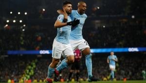 Com três gols de Agüero, Manchester City vence e segue folgado na ponta do Inglês
