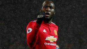 Manchester United vence fácil, afunda o Stoke e diminui diferença para o City