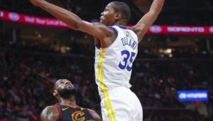 Durant brilha e Warriors freiam LeBron para vencer Cavaliers fora na NBA