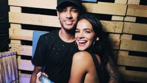 Bruna Marquezine revela confusão com data de namoro ao ganhar aliança de Neymar
