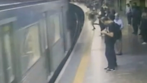 Mulher empurrada no metrô quer que agressor continue preso
